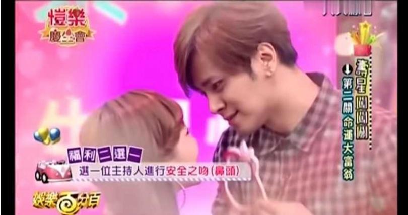 羅志祥深情望著小三愷樂。(圖/YouTube)