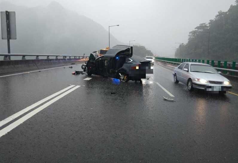 一輛特斯拉打滑失控自撞國5護欄,造成車頭撞毀、車頂半掀開, 駕駛受到嚴重驚嚇。