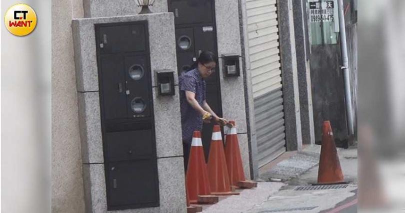 丁大成的妻子張亮珠生性謹慎,出遠門前都會拿許多三角錐及磚頭擋在家門口,阻擋人車進入。(圖/本刊攝影組)
