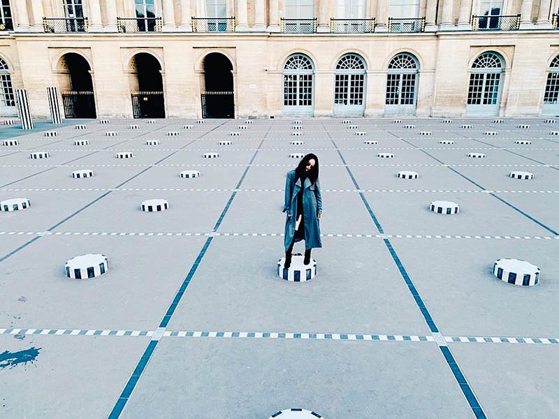 站在皇家宮殿廣場的矮石柱上,呂薔感受時尚與古典的交會。(圖/呂薔提供)