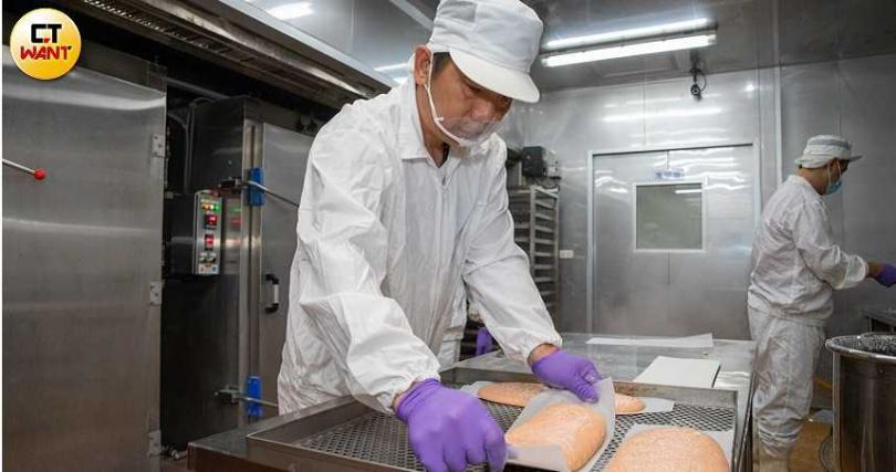 蔡震宇頭腦靈活也擅於觀察市場流行趨勢,抓緊時機改行賣蝦餅。(圖/張文玠攝)
