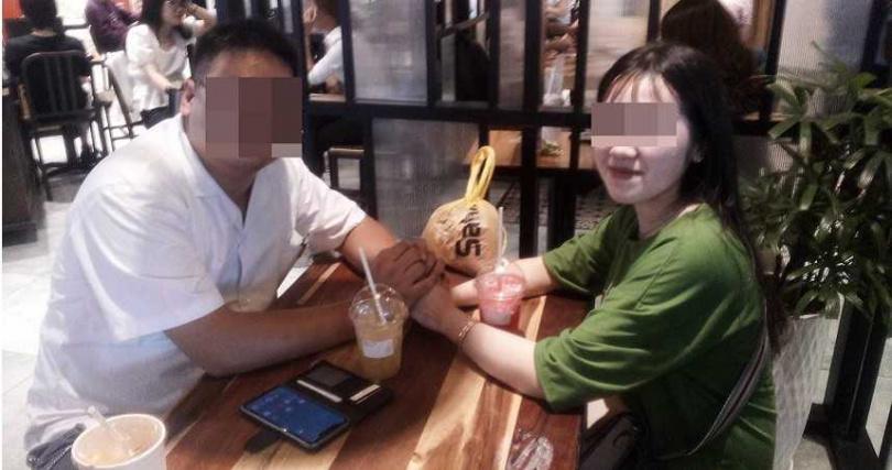 李男父親出示照片,指2019年時,阮女與兒子相處互動跟情侶沒兩樣,豈料今年把對方接來台灣,竟在婚宴當天逃婚。(圖/讀者提供)