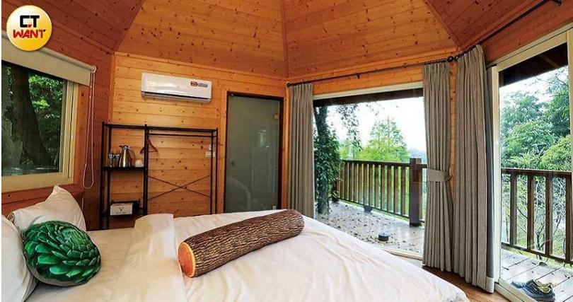 樹屋配置大面積落地窗,住客起床時就能看到窗外的景色。(圖/王永泰攝)
