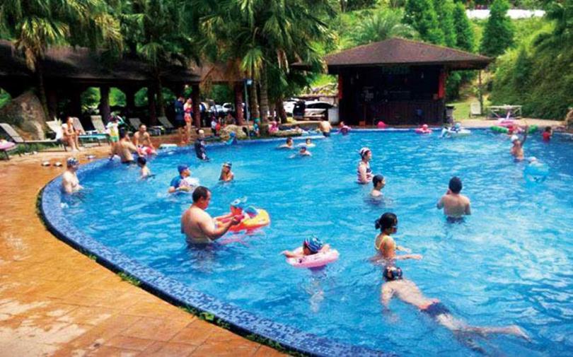 夏天一到,園區內的泳池就是大朋友、小朋友的最愛,設計上較偏向南洋風格。(圖/野漾莊園提供)