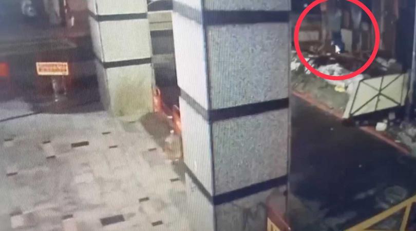 警方調閱監視器,發現王男最後身影,獨自一人進入工地。(圖/翻攝畫面)