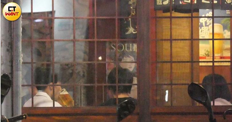拿起啤酒暢飲,楊勇緯展現他的好酒量。(圖/本刊攝影組)