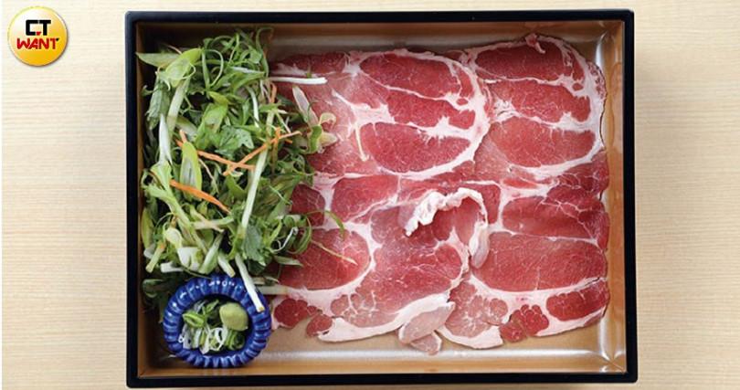 雲林快樂豬的梅花肉片,油脂分布平均,是最適合涮火鍋的部位。(圖/于魯光攝)