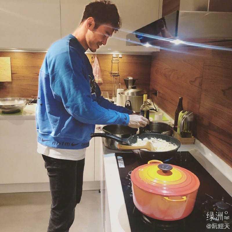放假期間,阮經天樂當宅男,還下廚做菜。(圖/翻攝自微博)