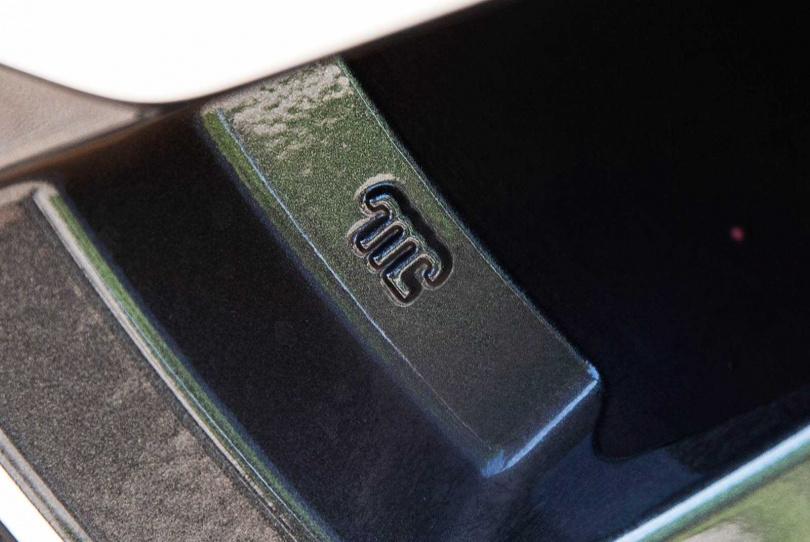 該鋁圈由日系輪圈大廠ENKEI所代工,內側刻有小銘牌驗明正身。(圖/黃耀徵攝)