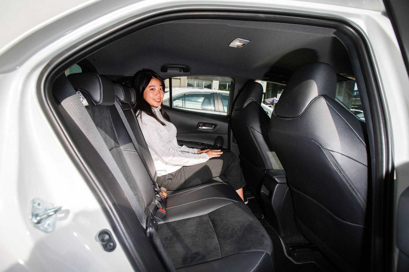 雖然Corolla Sport並非以空間為主打,但後座坐進167公分高的正妹膝蓋與前座仍有兩顆拳頭的距離。(圖/黃耀徵攝)