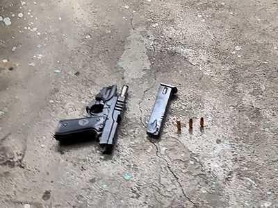 警方逮捕嫌犯,起出在墳場試槍的改造槍。(圖/讀者提供)