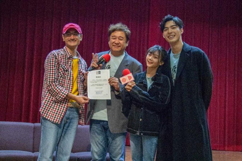 世新廣電系第三屆傑出校友瞿友寧(左二)所監製的作品《刻在你心底的名字》和《無聲》拿下第57屆金馬獎多項大獎。(圖/世新大學提供)