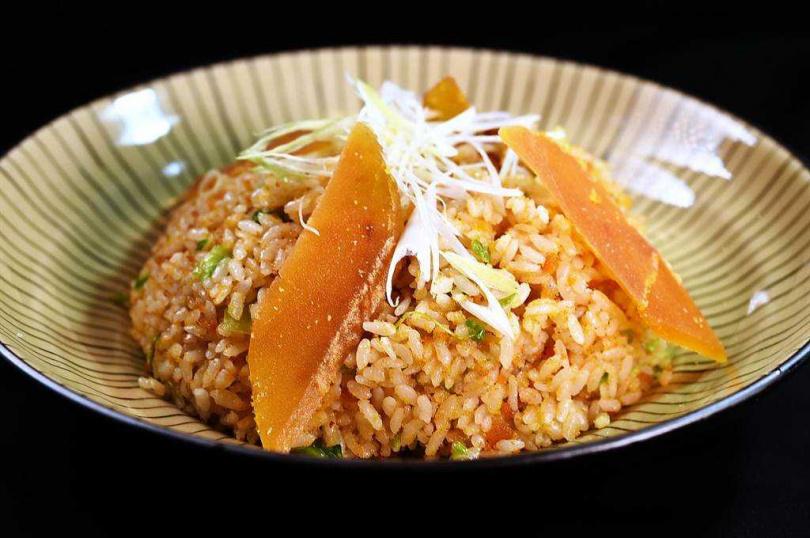 〈青葉〉的〈烏魚子炒飯〉所用烏魚子的品質甚佳,除味道鹹香鮮外,且口感緊實略會黏牙。