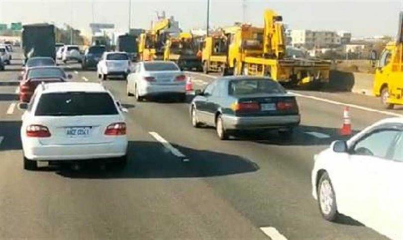 國道1號連環追撞,大貨車撞翻轎車後再追撞前車。(圖/彰化踢爆網提供)