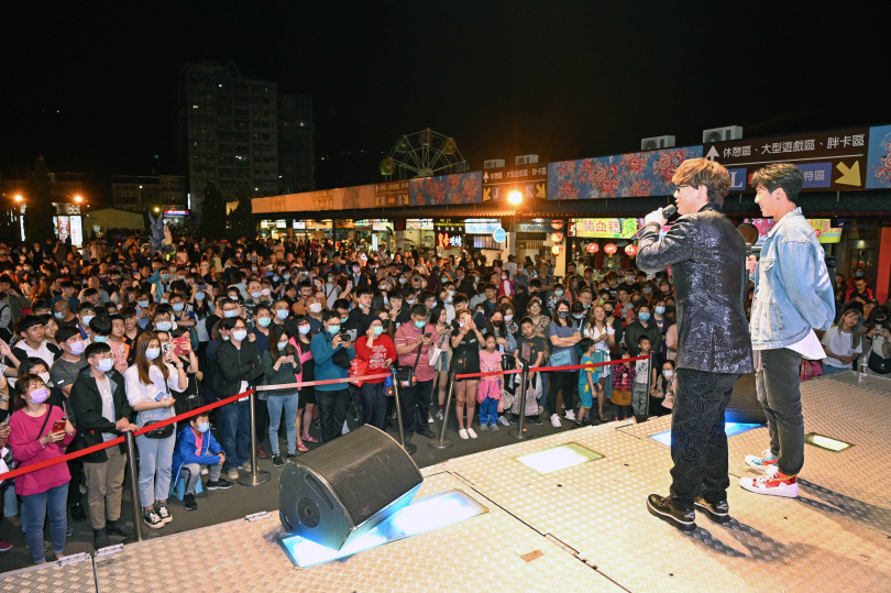 蕭煌奇(左)為宣傳台語新專輯走唱夜市,吸引超過千名觀眾圍觀。(圖/環球音樂提供)