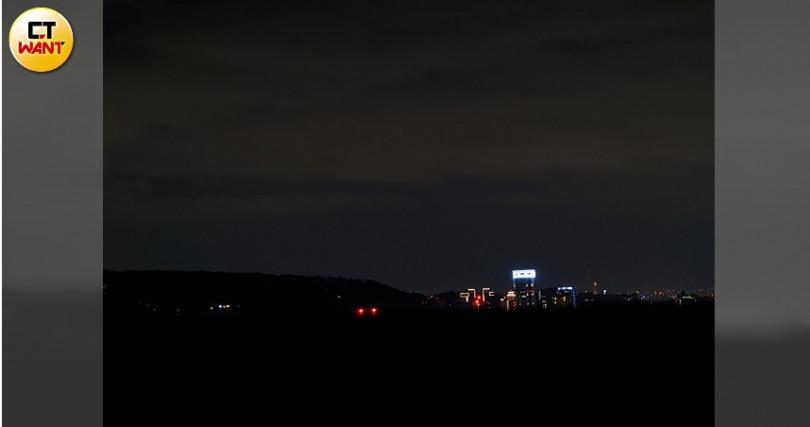 將亮度調到最暗,就能捕捉黑夜裡唯一在發光的物體。(圖/戴嘉芬攝)