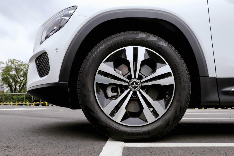 GLB 200d的輪胎尺寸為235/55/R19,不僅霸氣也更具越野性格。(圖/王永泰攝)