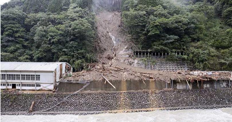 日本西南部宮崎縣因海神颱風發生土石流,椎葉村慘遭掩埋。(圖/達志/美聯社)