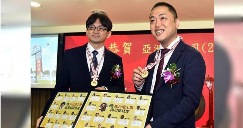 亞洲藏壽司上櫃掛牌當天,董事長西川健太郎與副總經理近藤和人喜不自勝。(圖/亞洲藏壽司提供)