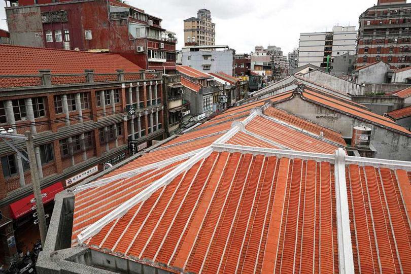 登上「迪化二○七博物館」的頂樓,可以將周遭街景盡收眼底。(圖/于魯光攝)