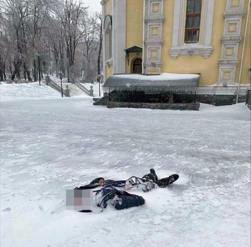 老翁倒在教堂門口外凍死。(圖/翻攝自太陽報)