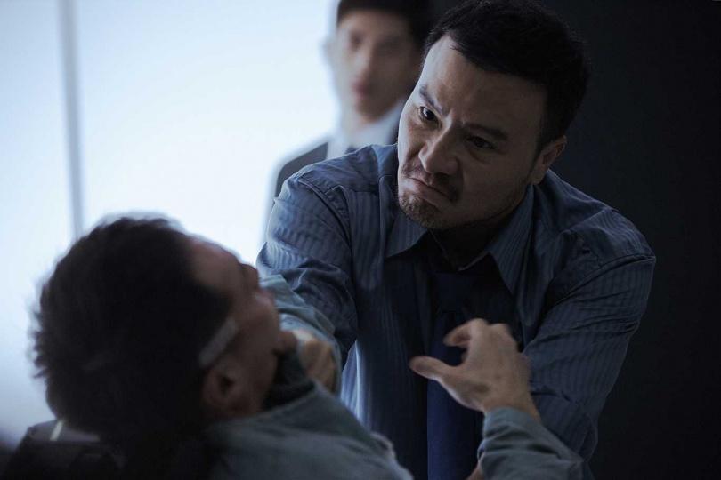 李銘忠在《複身犯》飾演警察,面對嫌疑犯嚴格逼供。(圖/牽猴子提供)