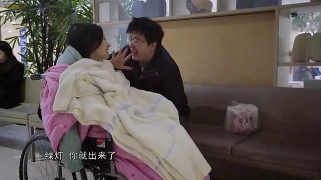 韓詩俊在鏡頭前努力逗妻子笑。(圖/騰訊網)