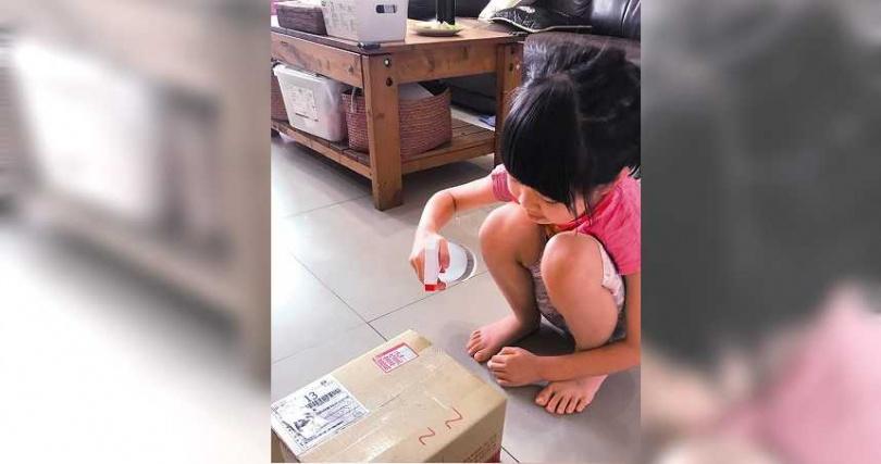 收到宅配包裹時,應先噴灑酒精消毒或更換外包裝,以避免讓病毒侵入家中。(圖/資料照)