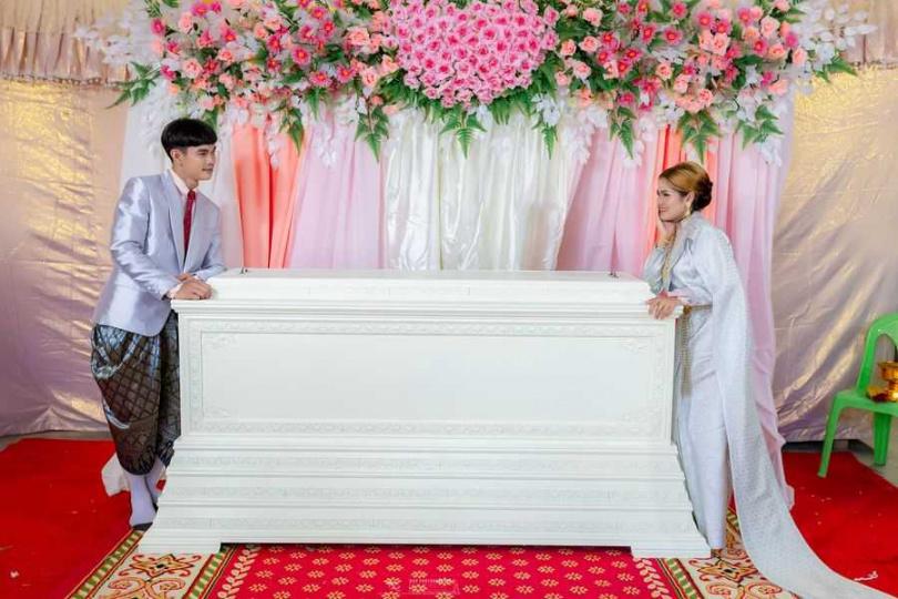 新郎賈克魯特卻表示,棺材對他和妻子而言有非常重要的意義,是2人之間的愛情信物。(圖/翻攝自Facebook/Kan Pho To)