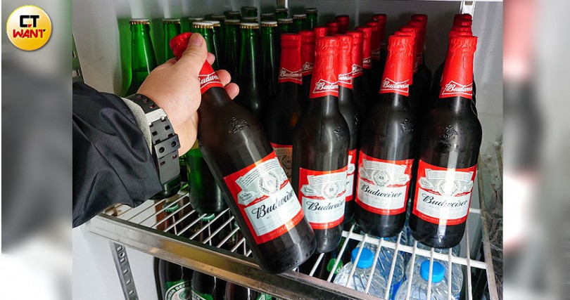 淡水周遭熱炒店和餐廳在惡勢力威脅下,紛紛購買市場小眾的百威啤酒,只求能換得平安。(圖/鄭清元攝)