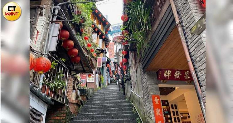 著名的阿妹茶樓石階,完全沒有遊客穿梭的身影。(圖/朱晨寧攝)