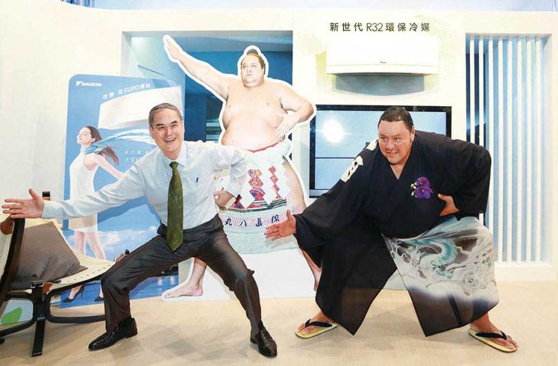 大金空調用相撲代表日本,是蘇一仲想出來的點子。2015年,他邀請日本大金代言人「曙太郎」來台,一同在新品發表會上擺出相撲的招牌動作。(圖/大金提供)