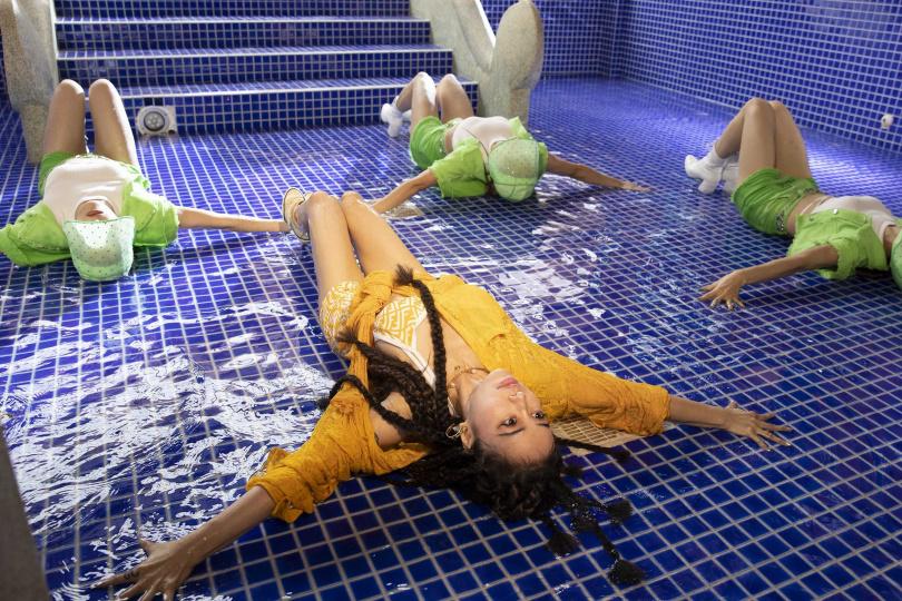 導演特別安排Jolin在泳池中穿高跟鞋狂舞,跳到全身溼透透。(圖/凌時差提供)