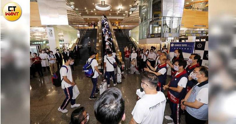 東京奧運中華代表團搭乘包機前往日本,行政院長蘇貞昌為台灣奧運代表團加油。(圖/趙文彬攝)