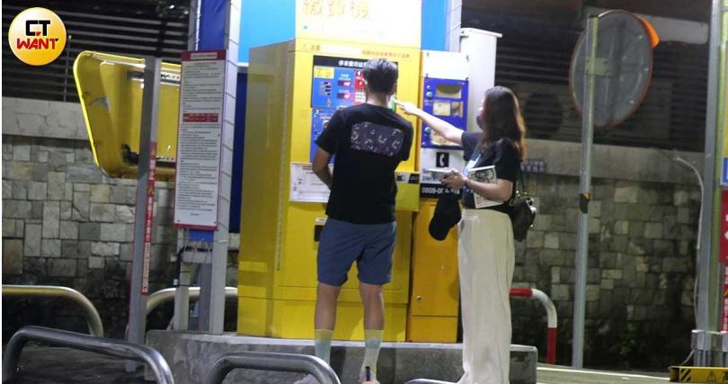 吃飽喝足的兩人去停車場牽車離開。(圖/本刊攝影組)