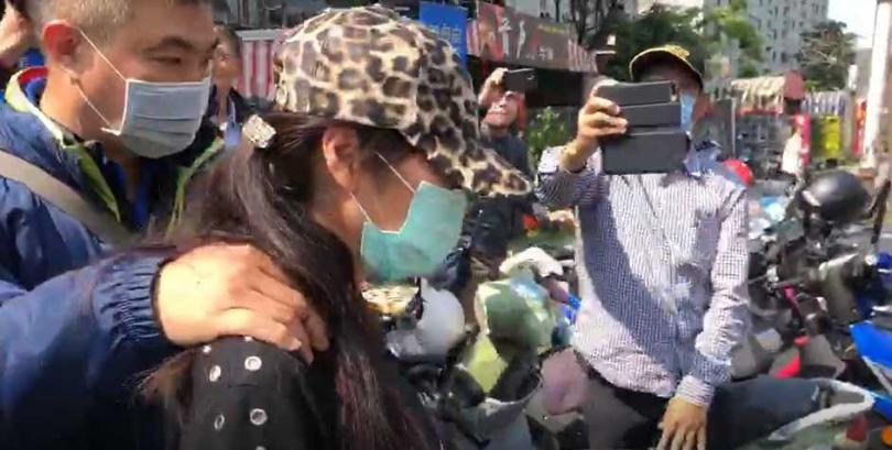 檢警帶回陳姓老闆娘,釐清是否有囤積口罩以及哄抬價格等案情。(圖/翻攝畫面)