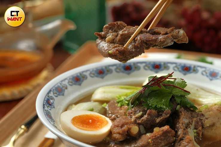 「秘製芋頭排骨酥麵」湯頭濃醇,搭配排骨酥、芋頭及Q彈麵條,吃過的人都讚不絕口。(320元)(圖/于魯光攝)