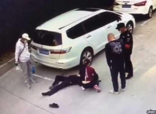 女醫生路邊急救保全。(圖/翻攝 北京晚報 微博)