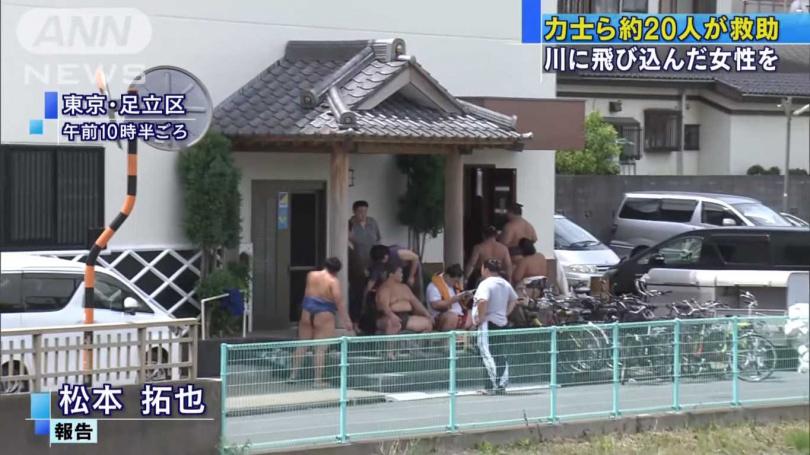 幸好附近有間相撲培訓所,趕緊派人救援女子。(圖/截取自YouTube)