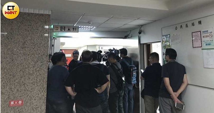 蘇震清辦公室遭檢調搜索,大批媒體在外守候。(圖/吳婉瑜攝)