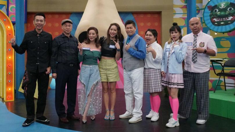 澎恰恰不知道楊皓如(左4)已婚,遭虧電視壞掉。(圖/公視台語台提供)