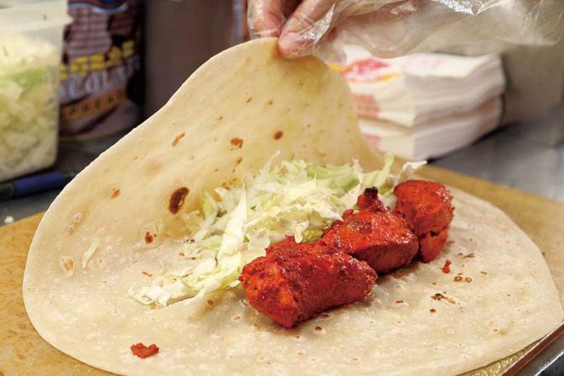 捲餅裡頭的切塊雞肉,分量比坊間大上2倍,為的是能讓肉汁鎖在肉裡。(圖/于魯光攝)