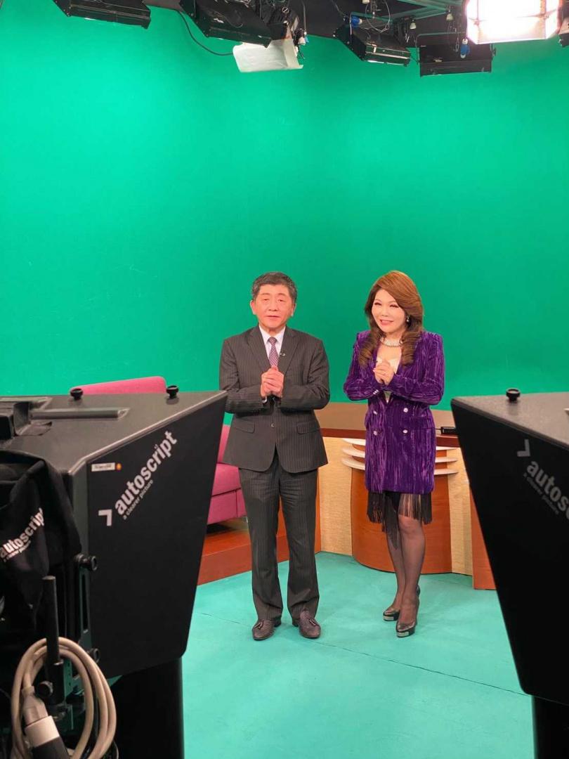 張雅琴首集節目就邀來衛福部陳時中部長,一同探討國際議題。(圖/年代提供)