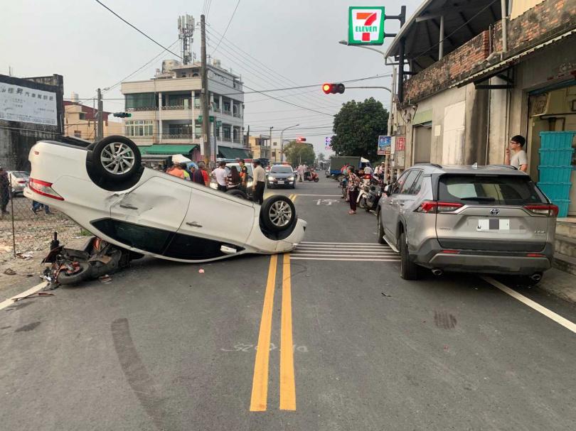 酒駕男子的座車四腳朝天,事後被警方測出酒駕肇事。(圖/讀者提供)