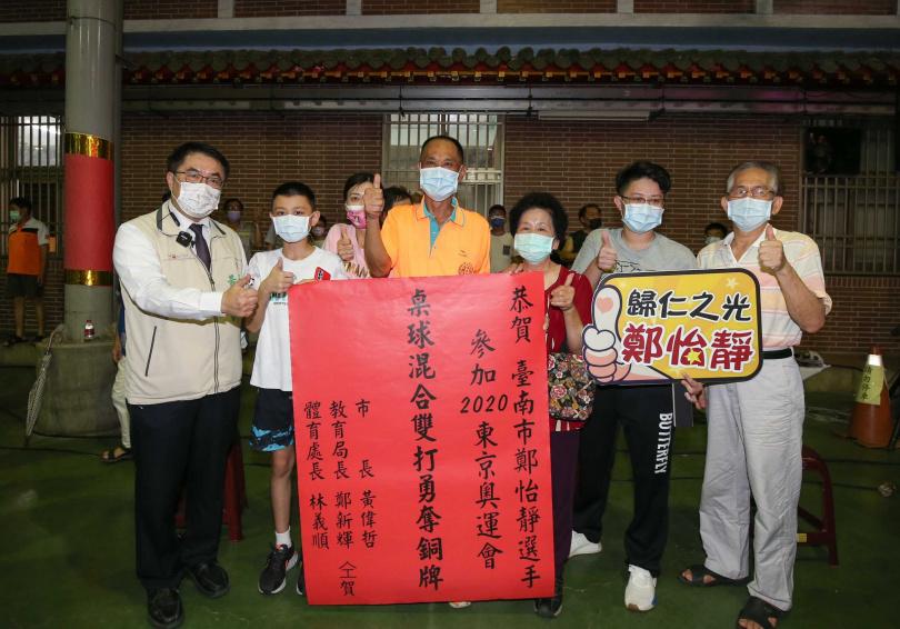 混雙桌球獲得銅牌,台南市長黃偉哲前往貼紅榜致意。(圖/宋岱融攝)