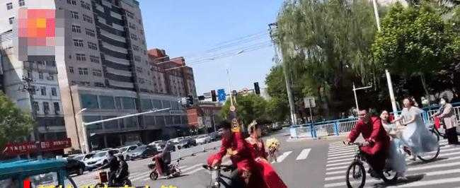 新人騎自行車前往婚禮現場。(圖/翻攝自微博)