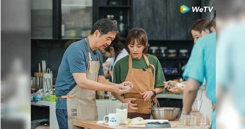 陳意涵(中)在節目中與張國立包餃子。(圖/WeTV提供)