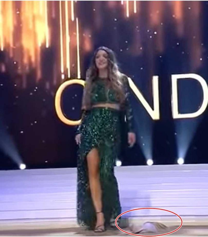 在比利時小姐選美比賽中,選手席琳歐賽爾在舞台上跌倒疑似摔出禮服裡的內衣。(圖/翻攝自YouTube)