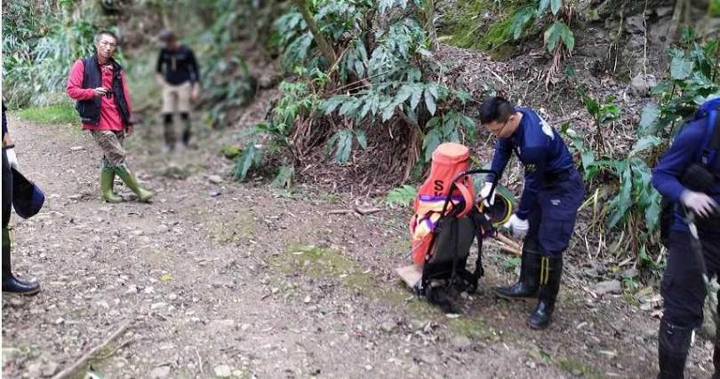 由於山路崎嶇難走,加上路途遙遠,警消花了14個小時翻山越嶺才將傷者送下山。(圖/嘉義縣消防局提供)