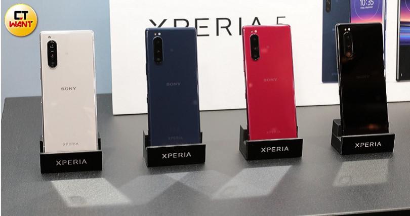 Xperia 5長15.8公分、寬6.8公分,看似相當長但握感相當不錯。(圖/馬景平攝)